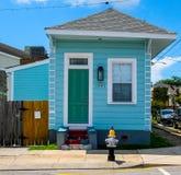 Jaskrawy błękita dom w Nowy Orlean, Luizjana 7th oddział obraz royalty free