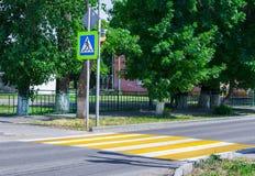 Jaskrawy błękitny i żółty zwyczajny crosswalk znak na grodzkiej ulicie z ruchu drogowego ostrzeżeniem Fotografia Stock