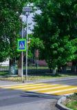 Jaskrawy błękitny i żółty zwyczajny crosswalk znak na grodzkiej ulicie z ruchu drogowego ostrzeżeniem Fotografia Royalty Free