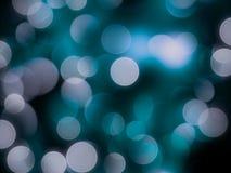 Jaskrawy błękitny i biały defocused błyskotliwy round zamazujący zaświeca abstrakcjonistycznego olśniewającego tło ilustracji