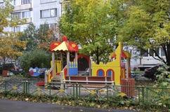 Jaskrawy bajecznie boisko w mieszkaniowym okręgu Moskwa Zdjęcia Royalty Free