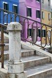 Jaskrawy barwiący błękit, menchie i pomarańcze, domy z mostem z metali poręczami w Burano Wenecja Włochy Zdjęcie Stock