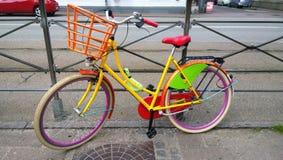 Jaskrawy barwiący rower parkujący na ulicie Zdjęcie Stock