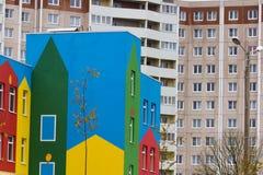 Jaskrawy barwiony nowożytny jawnego budynku dzieciniec zdjęcia royalty free