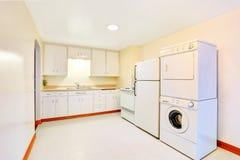 Jaskrawy biały kuchenny wnętrze z pralnianymi urządzeniami Zdjęcia Royalty Free