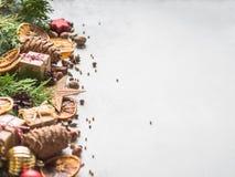 Jaskrawy bożych narodzeń lub nowego roku tło z tują rozgałęzia się, Bożenarodzeniowe dekoracje, pikantność, dokrętki, wysuszeni p obrazy stock