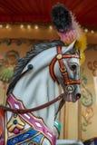 Jaskrawy carousel w wakacyjnym parku Konie na tradycyjnym fairground rocznika carousel Zdjęcia Royalty Free