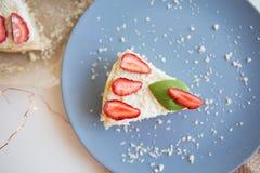 Jaskrawy cheesecake dekorujący z świeżymi truskawkami i basilów liśćmi, rżnięty strój jednoczęściowy na talerzu zdjęcia stock