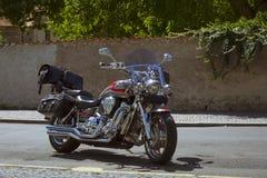 Jaskrawy chrom matrycujący motocykl jest na Pogodnej ulicie obraz stock
