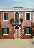 Jaskrawy czerwonego koloru dom w Wenecja Zdjęcie Stock