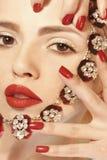 Jaskrawy czerwony manicure na gwoździach i czerwonej pomadce Zdjęcia Royalty Free