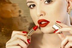Jaskrawy czerwony manicure z projektem na gwoździach Zdjęcie Royalty Free
