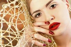Jaskrawy czerwony manicure z projektem na gwoździach Fotografia Royalty Free