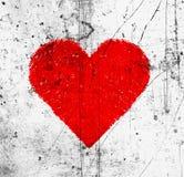 Jaskrawy czerwony serce na brudnych narysach i dostrzegającym wzorze zdjęcie royalty free