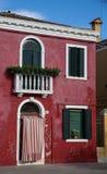 Jaskrawy Czerwony tynku dom w Burano Fotografia Stock