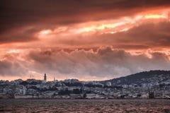 Jaskrawy czerwony zmierzchu niebo nad Tangier miastem, Maroko Obrazy Stock