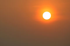 Jaskrawy duży słońce na niebie Fotografia Royalty Free