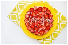 Jaskrawy i wyśmienicie truskawka tort na żółtej pielusze inskrypcja kocham jedzenie fotografia royalty free