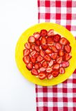 Jaskrawy i wyśmienicie truskawka tort na czerwonej pielusze w klatce zdjęcie stock