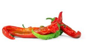 Jaskrawy jaskrawy i czerwień - zielony chili pieprz na białym tle Zdjęcie Stock
