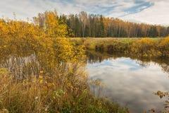 Jaskrawy jesieni wody krajobraz Obrazy Royalty Free