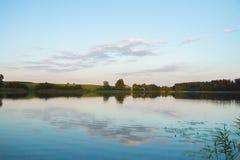 Jaskrawy jezioro z płocha lasem i most przy pogodnym letnim dniem fotografia royalty free