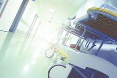 Jaskrawy klinika korytarz z nosze na kółkach zdjęcie royalty free