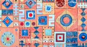 Jaskrawy kolorowy ścienny ornament, modny koloru wystrój Deseniowy Dachówkowy tło zdjęcia royalty free