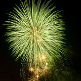 jaskrawy kolorowy fajerwerków nocne niebo Obrazy Royalty Free