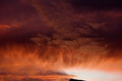 Jaskrawy, Kolorowy zmierzch z intensywnymi chmurami, obraz stock