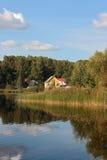 Jaskrawy koloru żółtego dom na jeziornej jesieni Fotografia Royalty Free