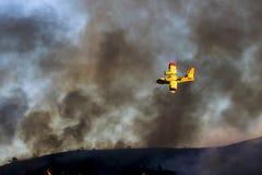 Jaskrawy koloru żółtego samolot Lata Przez Dymiącego nieba Podczas Kalifornia ogienia obrazy royalty free