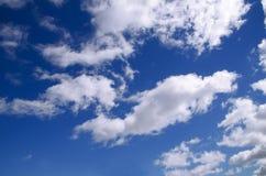 Jaskrawy kontrasta niebo z chmurami - Akcyjny wizerunek zdjęcia royalty free