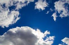 Jaskrawy kontrasta niebo z chmurami - Akcyjny wizerunek zdjęcie stock