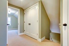 Jaskrawy korytarz z obmurowanym małym składowym pokojem Zdjęcia Stock