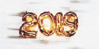 Jaskrawy kruszcowy złoto szybko się zwiększać postacie 2019, boże narodzenia, nowego roku balon z błyskotliwość gwiazdami na ciem obrazy royalty free