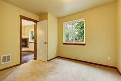 Jaskrawy mały pusty pokój z dywanowej podłoga i kości słoniowej ścianami Obraz Royalty Free