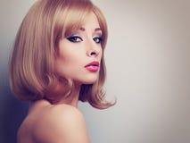 Jaskrawy makeup profil piękna kobieta z blond krótkim włosy l zdjęcia royalty free
