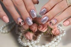 Jaskrawy manicure'u projekt kawowi gwoździe Zdjęcia Royalty Free