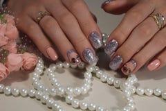 Jaskrawy manicure'u projekt kawowi gwoździe Obraz Royalty Free