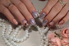 Jaskrawy manicure'u projekt kawowi gwoździe Fotografia Stock