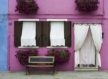 Jaskrawy menchia koloru dom w Wenecja Zdjęcie Royalty Free