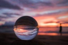 Jaskrawy menchii i purpur Seascape zmierzch nad oceanem z szkła Bal Obraz Royalty Free