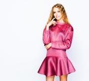 Jaskrawy modny pracowniany moda wizerunek seksowny model, jest ubranym neonowego purpurowego jaskrawego koloru strój Moda i styl  Zdjęcie Stock