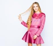 Jaskrawy modny pracowniany moda wizerunek seksowny model, jest ubranym neonowego purpurowego jaskrawego koloru strój Moda i styl  Zdjęcie Royalty Free
