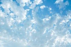 Jaskrawy naszły niebieskie niebo fotografia stock