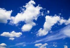 Jaskrawy niebieskie niebo jako tło zdjęcia stock