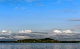 Jaskrawy niebieskie niebo nad jeziorem w Minnestoa Zdjęcia Stock