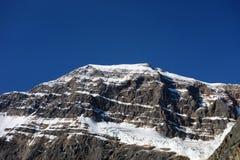 Jaskrawy niebieskie niebo w skalistych górach Obrazy Royalty Free