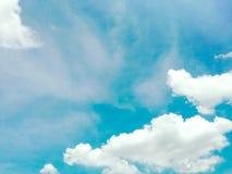 Jaskrawy niebieskie niebo z chmury i kopii przestrzenią Fotografia Royalty Free